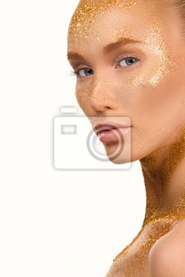 Красота портрет мило прекрасная молодая женщина с блестками на ее лице на белом bakground