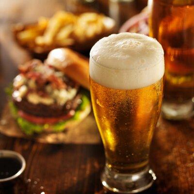 Картина пиво с гамбургерами на столе ресторан