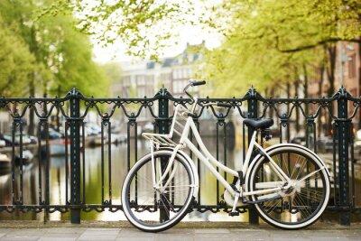 Картина велосипед на улице Амстердама в городе