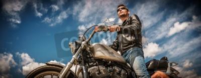 Картина Человек-байкер в кожаной куртке и солнцезащитные очки, сидящий на своем мотоцикле.