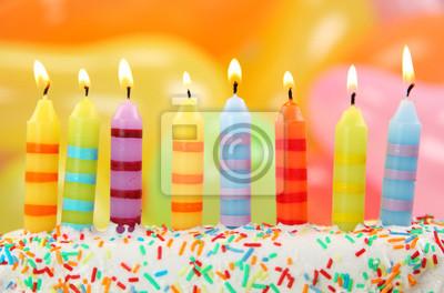 День рождения свечи на красочный фон
