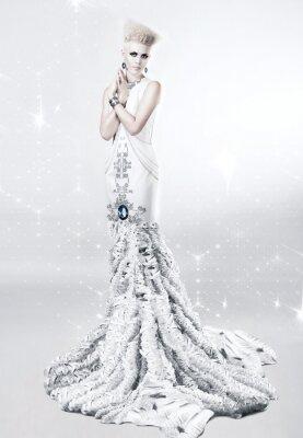 Картина белокурая женщина в длинном белом платье с бриллиантом