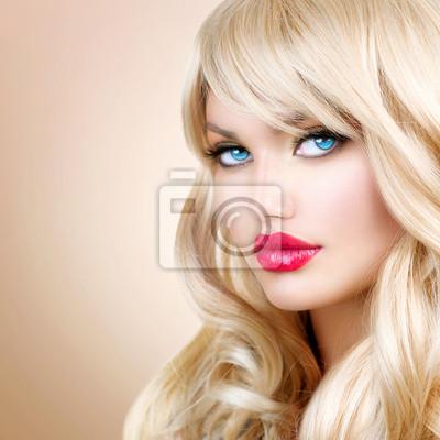 Картина Портрет светловолосая женщина. Красивая блондинка девушка с длинными волнистыми волосами