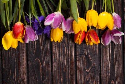 Картина букет из тюльпанов на дереве