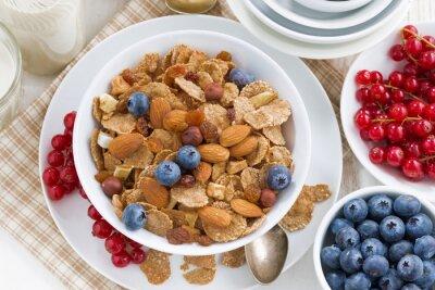 Картина завтрак с зерновых хлопьев, орехов и ягод, вид сверху