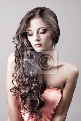 Яркий фиолетовый глаз вечерний макияж, красивая женщина портрет
