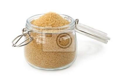 Коричневый сахар в стакан, изолированных на белом фоне