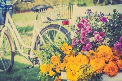 Картина Букет цветов на белом стуле. Помутнение ретро велосипед в фоновом режиме.