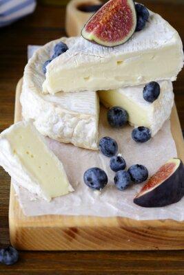 Картина сыр камамбер с инжиром и черника