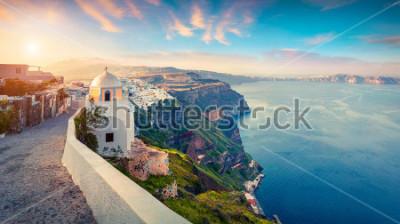 Картина Солнечная утренняя панорама острова Санторини. Живописный весенний восход солнца на знаменитом греческом курорте Тира, Греция, Европа. Концепция путешествия концепции. Художественный стиль пост обрабо