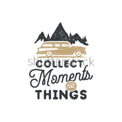 Картина Старинные рисованной кемпинг знак и эмблему. Туристический лейбл. Открытый приключений вдохновляющий логотип. Типография в стиле ретро. Мотивационная цитата - собирайте моменты для принтов, футболок.