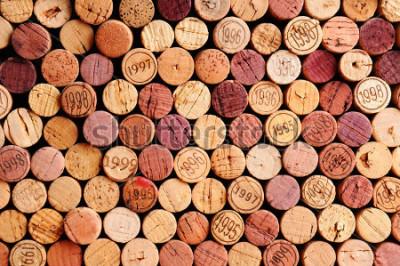 Картина Крупный план стен с использованием традиционных пробочек вина. Случайный выбор использованных винных пробок, некоторые с винтажными годами. Горизонтальный формат, который заполняет кадр.