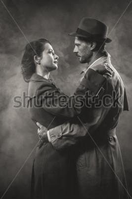 Картина Фильм нуар: романтическая влюбленная пара в темноте, стиль 1950-х годов