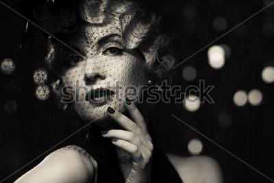 Картина Монохромное изображение элегантной белокурой женщины в маленькой шапочке с вуалью