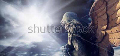 Картина Античная статуя чудесного ангела в лучах солнца. Архитектура, архетип, религия, концепция веры.