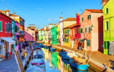 Картина Прекрасный вид на каналы Бурано с лодки и красивые, красочные здания. Деревня Бурано славится своими красочными домами. Венеция, Италия.