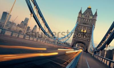 Картина Тауэрский мост и движение утром в Лондоне.