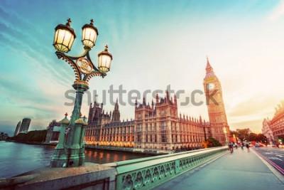 Картина Большое Бен увиденное от Вестминстерского Моста, Лондона, Великобритании. на закате. Ретро уличный фонарь. марочный