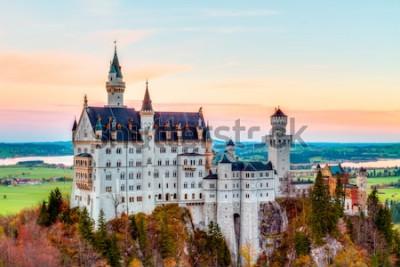 Картина Нойшванштайн, прекрасный осенний пейзаж Панорама Сказочный замок недалеко от Мюнхена в Баварии, Германия с красочными деревьями в утренние часы