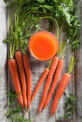 Картина Морковь и морковный сок. Здоровое питание - морковь и морковный сок на деревянном фоне