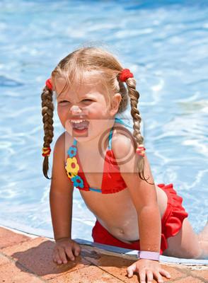 Ребенок-девочка в красном бикини возле голубой плавательный бассейн.