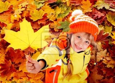 Ребенок в осенние листья оранжевый.