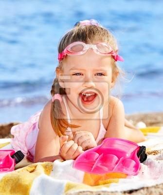 Ребенок, играющий на пляже.