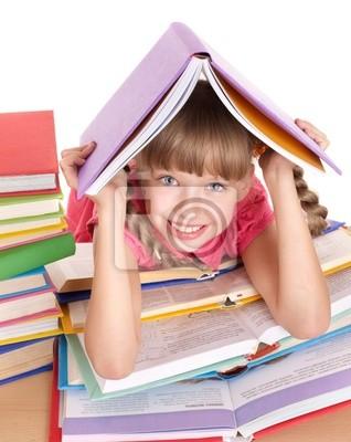 Ребенка, читающая открыть книгу на столе.