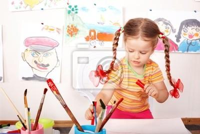Ребенок с изображением и кисти в игровая комната.