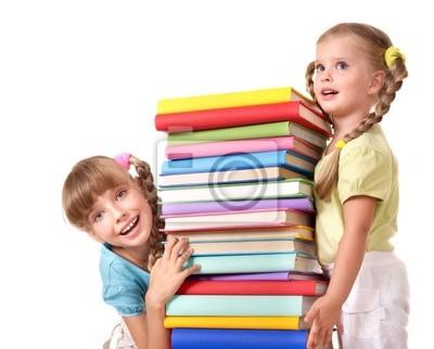 Дети, взявшись за пачку книге.