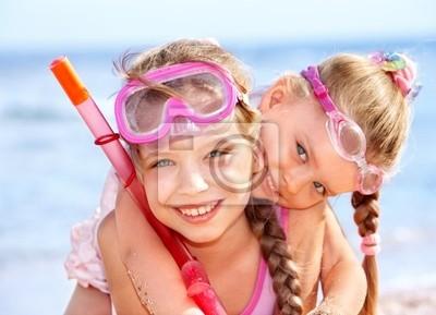 Дети, играя на пляже.