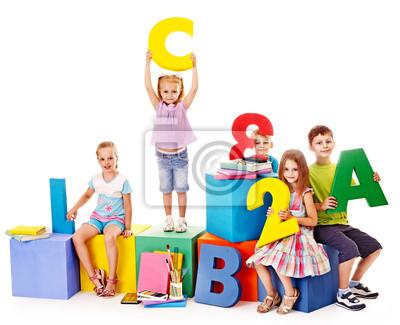 Дети, сидя на куб.