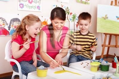 Дети с учителем рисовать красками в игровая комната.