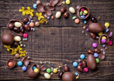 Картина Шоколадные пасхальные яйца и конфеты на фоне деревянных