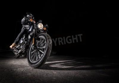 Картина Закрой высокомощный мотоцикл ночью, измельчитель.