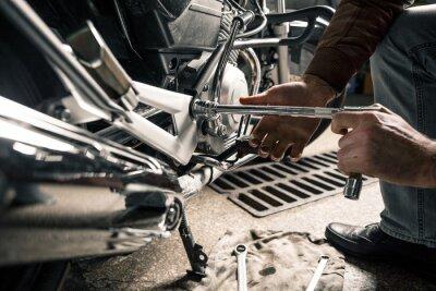 Картина Закройте руки человека с мотоциклом в гараже