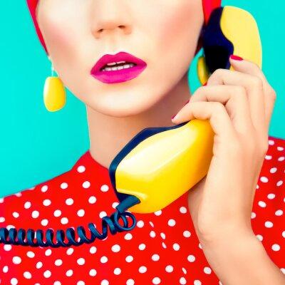 Картина крупным планом портрет ретро девушки с телефоном