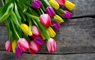 Картина красочные тюльпаны на деревянной поверхности