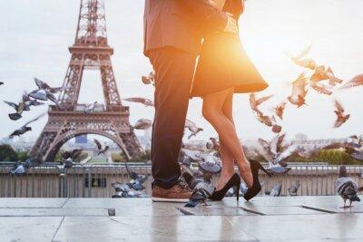 Картина пара возле Эйфелевой башни в Париже, романтический поцелуй