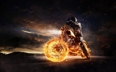 Картина Темный мотоциклист, стоящий на горящем мотоцикле в свете заката
