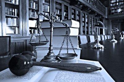 Картина Декоративные весы правосудия в библиотеке