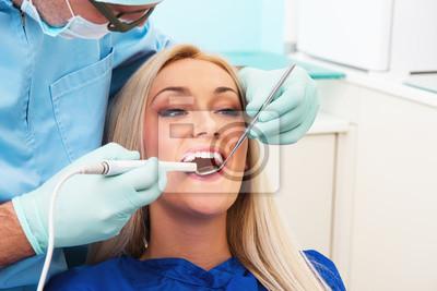 Стоматолог рассматривает зубы пациента с зубов-камеры