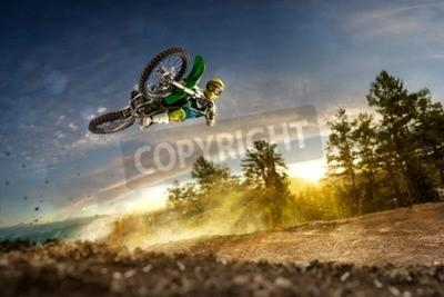 Картина Грязь велосипед всадника летит высоко в вечернее время