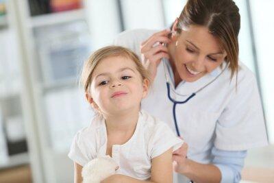 Картина Врач осматривает маленькую девочку с стетоскоп