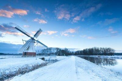 Картина Голландская мельница в снегу зимой