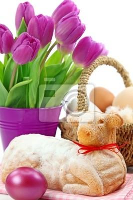 Пасху ягненка торт и фиолетовые тюльпаны