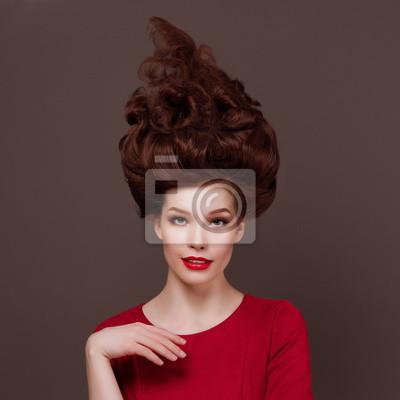Элегантный, модный портрет Красивая молодая женщина с профессиональными волосами.