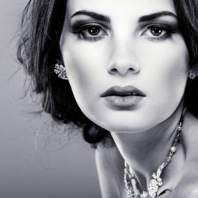 Картина элегантная девушка находится в моде стиль. Свадебные украшения