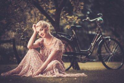 Картина Элегантный ретро женщина в летнем платье