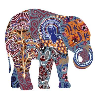 Слон с богато украшенными рисунками в индийском стиле